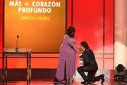 Gloria Gaynor entregó el Grammy a Mejor Album Tropical a Carlos Vives en la gala previa al show de TV de los Grammy 2015