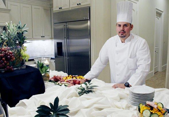 El chef Carlos Léon se ha encargado de preparar platillos a los famosos y ahora todos podrán probar su sazón cuando se hospeden o hagan su fiesta en La Mansión.