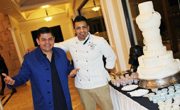 Justin Capitaine, creador del concepto de La Mansión, posa junto a Miguel, quien está encargado de la sección de pastelería.