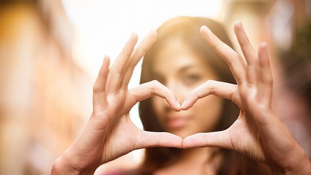 Cada año, más mujeres que hombres mueren de enfermedades cardiovasculares, y los síntomas que tienen también difieren. Los ataques al corazón son usualmente más repentinos y vienen sin ningún aviso; esto hace que las mujeres no piensen que están teniendo un ataque al corazón y no busquen cuidado de emergencia.