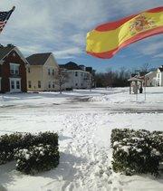Banderas de España y Estados Unidos en un vecindario en California, en el condado de St. Mary's en el sur de Maryland