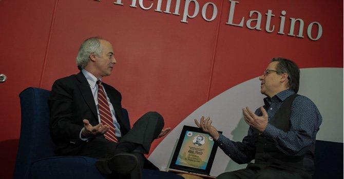 El periodista Juan Carlos Iragorri, Premio Internacional de Periodismo Rey de España, conversa el 10 de febrero de 2015 con el director de El Tiempo Latino, Alberto Avendaño, en el edificio de The Washington Post.