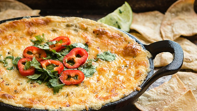 Te invito a que prepares este dip de queso, maíz y chile verde para tu próxima reunión o fiesta… ¡te prometo que será todo un éxito!