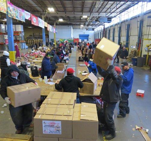 Empacan donaciones para familias necesitadas