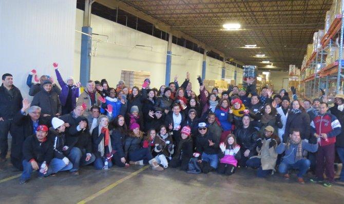 Voluntarios luego de empacar 800 cajas el 20 de febrero como parte de la iniciativa Bolsas de Amor.