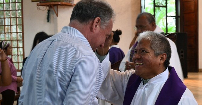 """I participated in the Ash Wednesday (Miércoles de Ceniza) service at Parroquia de las Mercedes, a church I regularly attended during the time I lived Honduras (Hace 35 años)"", dijo el senador Tim Kaine."