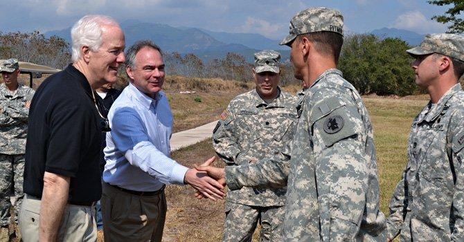 El miércoles 18 de febrero, el senador John Cornyn, republicano de Texas, y el demócrata por Virginia, Tim Kaine, viajaron a la Base Aérea estadounidense Soto Cano, Honduras, y compartieron con soldados originarios de Texas y Virginia allí destacados.