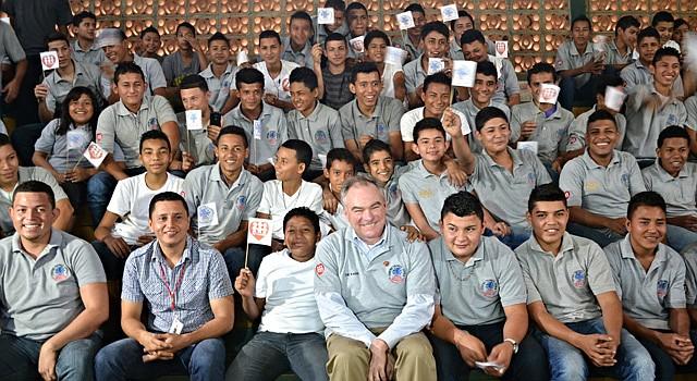 El senador Kaine, centro, con estudiantes y profesores del Instituto Técnico Loyola, donde el senador enseñó soldadura y carpintería durante su trabajo social en Honduras.