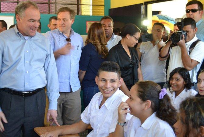 El senador Tim Kaine (izq.) visitó dos centros de la juventud apoyados por USAID en Chamelecon, uno de los vecindarios más violentos en San Pedro Sula.
