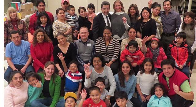 GRADUACIÓN. Padres e hijos, junto a instructores del Programa de Educación para Padres del condado de Fairfax, el 9 de febrero en Falls Church, VA.