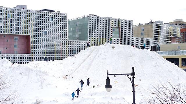 Una montaña de nieve en el campus de MIT.