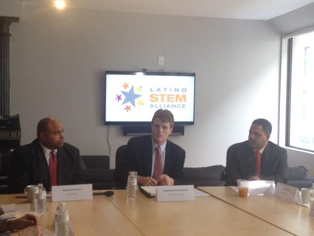 Daniel Rivera, alcalde de Lawrence; congresista Joe Kennedy III y Reinier Moquete, co-fundador de Latino STEM Alliance