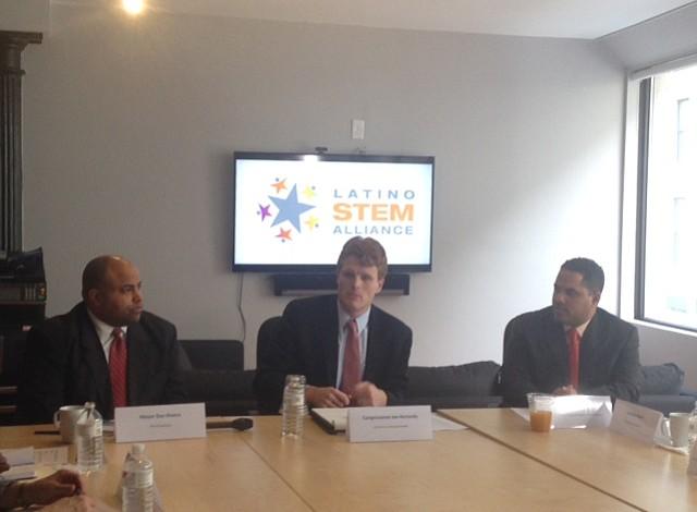 Organización que busca atraer niños latinos a la ciencia discutió acceso a estas carreras