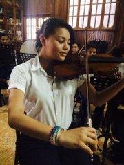 Marjorie Pineda tiene dos años tocando violín y se siente orgullosa de ser parte de la Orquesta y Coro Sinfónico Polígono Don Bosco de San Salvador.
