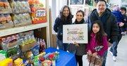 (De izq. a der.) Zulema Tijero de El Tiempo Latino junto a la colombiana Clara Cifuentes quien acudió a recibir su caja de productos, y Mario Sarceno de EMD, el 28 de febrero en Mega Supermarket en Gaithersbrug, Maryland.