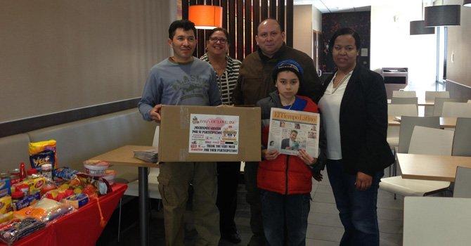 Entrega de una caja de productos en el McDonald's de la Glebe Road en Alexandria, Virginia, el 28 de febrero como parte del programa Bolsas de Amor.