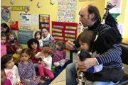 Carlos Núñez explica a los niños de Communikids en Washington, DC, la magia de la gaita gallega