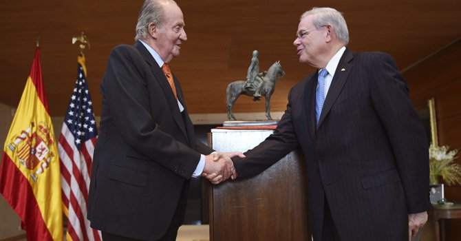 Juan Carlos I premia al senador Robert Menéndez en Washington