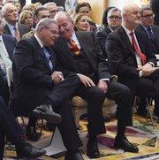 """El senador Robert Menéndez (izq.) conversa con el rey Juan Carlos I, el 3 de marzo de 2015, en la residencia del embajador de España en Washington, DC, con motivo de la entrega del premio """"Bernardo de Gálvez"""" al senador."""