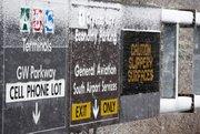 Vista de la nieve que se empieza a acumular en un cartel luminoso de una carretera cerca del aeropuerto Ronald Reagan en Arlington, Virginia. Washington DC ha declarado la alerta por nieve, que se espera que alcance un espesor de hasta 8 pulgadas o 20 centímetros en el área.