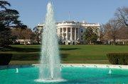 El agua de la fuente de la entrada sur de la Casa Blanca es teñida de verde cada año para las festividades de San Patricio