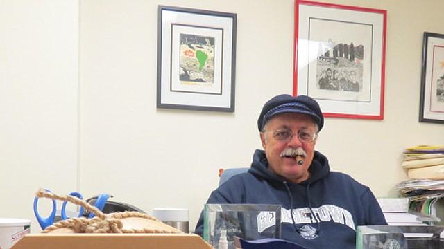 MEMORIAS. Pertierra tiene en su oficina en DC varios reconocimientos y recuerdos.