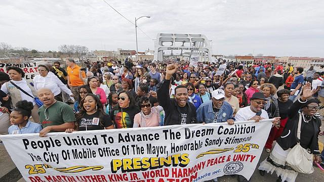 Miles de personas cruzaron el 8 de marzo el puente de Selma, en Alabama, en un gesto simbólico para conmemorar el 50 aniversario de una marcha hacia Montgomery por el derecho al voto de los afroamericanos.