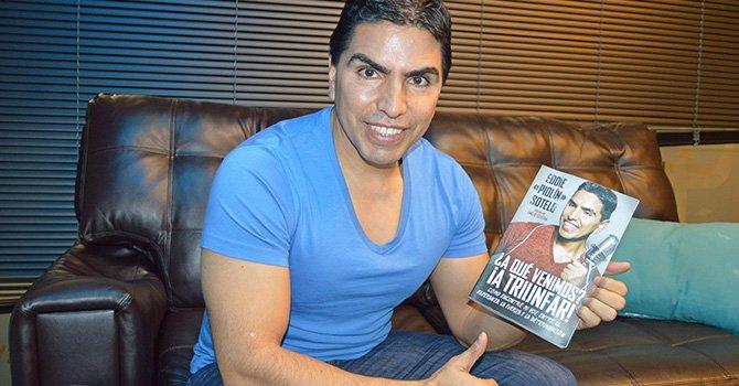 """El locutor mexicano de radio Eddie """"Piolín"""" Sotelo posa con su libro ¿A qué venimos? ¡A triunfar! . EFE"""