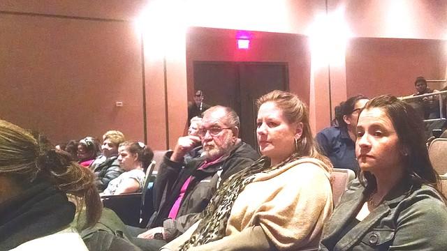 Natalie Sheehan-Dias y Lilliana Castro son algunos de los padres que asistieron a las reuniones del Senado de Massachusetts con la comunidad para exigir mejores escuelas.