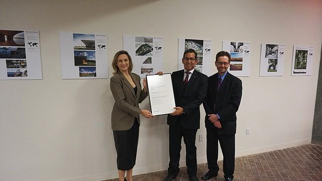 PLAN.  Christine Bruckner, presidenta de AIA; Daniel Basurto (centro) y James Wright, vicepresidente.