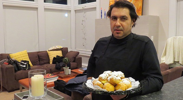 """El chef español José """"Rive"""" Pérez con unos buñuelos de santos que preparó para una de las reuniones del grupo de voluntarios que colabora en la organización de la visita a Washington, DC, de la Orquesta y Coro Sinfónico Polígono Don Bosco de San Salvador."""