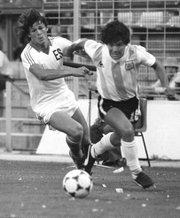"""El salvadoreño Jaime """"La Chelona"""" Rodríguez disputa el balón con el argentino Diego Armando Maradona en una acción del partido entra ambas selecciones en el Mundial de España 1982."""