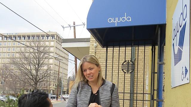QUEJA. Una de las víctimas conversa con la abogada Anne Schaufele frente a la oficina de Ayuda en DC.