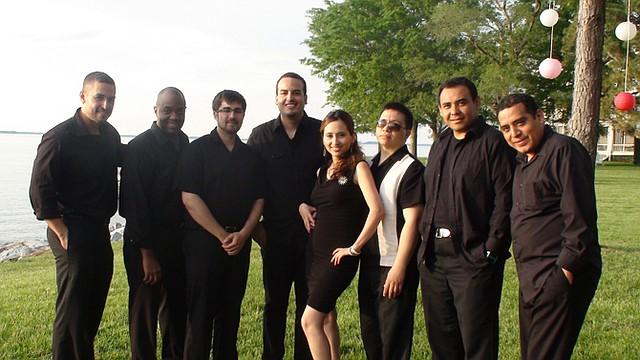 """RITMO. Laura Sosa y la banda """"Pa' Gozar"""" animar una fiesta en Wheaton."""