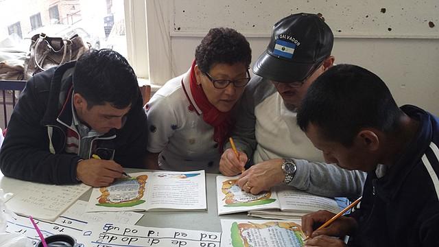 APRENDIZAJE. Estudiantes practican lectura y escritura.