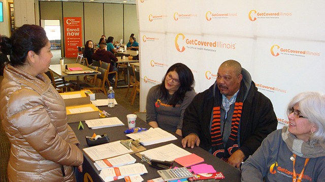 """INFORMACIÓN. Guillermina Sandoval habla con un grupo de asesores para acogerse a los beneficios de la ley de salud conocida como """"Obamacare""""."""