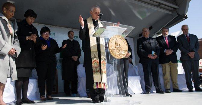 El arzobispo de Washington, cardenal Donald Wuerl durante un servicio religioso en el evento el 21 de marzo de la dedicatoria de un edificio de vecinos de la Mount Pleasant, en DC, al que fuera arzobispo salvadoreño Monseñor Romero. Asistieron la alcaldesa de DC, Bowser, y el embajador de El Salvador ante la Casa Blanca, Francisco Altschul.