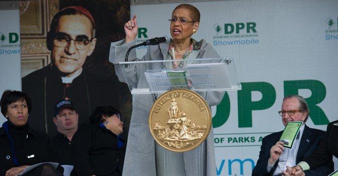 La delegada de DC ante el Congreso, Eleanor Holmes Norton, se dirige a los congregados durante la ceremonia en la que se dedicó un edificio de la Mount Peasant en DC al arzobispo salvadoreño Oscar Romero, el 21 de marzo. Detrás, la alcaldesa de DC, Muriel Bowser y el exconcejal de DC Jim Graham.