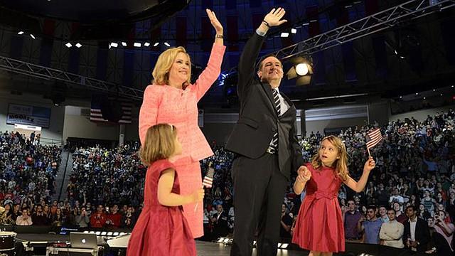 El aspirante presidencial republicano, el senador por Texas Ted Cruz, junto con su esposa Heidi y sus hijas Catherine y Caroline durante un acto en la Liberty University de Lynchburg, Virginia, el 23 de marzo.