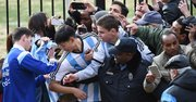 Messi firma autógrafos después de su entrenamiento en Georgetown, Washington, DC, el martes 24 de marzo.
