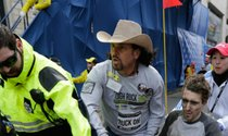 Carlos Arredondo asistiendo a Jeff Bauman el día del atentado