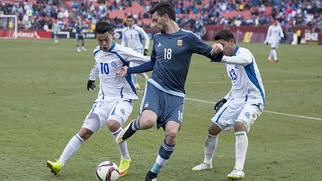 El argentino Javier Pastore, centro, pelea el balón con los salvadoreños Santamaría (izq.) y Larín durante el amistoso entre El Salvador y Argentina el 28 de marzo en FedEx Field, Maryland, afueras de Washington, DC. Argentina ganó 2-0.