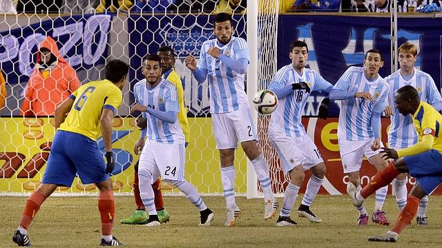 El jugador ecuatoriano Walter Ayovi patea un tiro libre el martes 31 de marzo de 2015, durante un partido amistoso entre Ecuador y Argentina en el estadio MetLife de East Rutherford, Nueva Jersey.