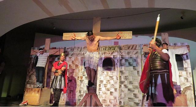DRAMA. Jóvenes de la iglesia Sagrado Corazón de Jesus de  DC, en 2014, se preparan durante los ensayos para interpretar la pasión de Cristo.