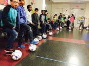 Los niños de CentroNía durante la entrega de la donación de equipos de fútbol por parte del DC United y otras organizaciones.