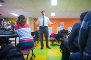 El representante estatal de East Boston, Adrian Madaro, conversa con los padres de familia en la Brooke Charter School.