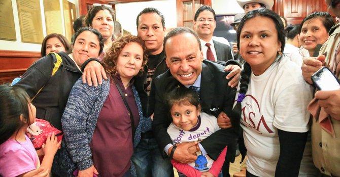 Políticos que gritan con familias inmigrantes