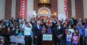 El legislador demócrata Steny Hoyer (izq.) y el director de CASA, Gustavo Torres (der.) levantan las manos del congresista Luis Gutiérrez durante la manifestación pro inmigrante el 15 de abril de 2015.