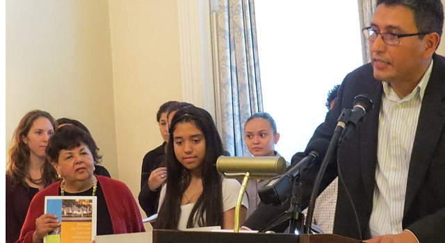 EN DC. Abel Nuñez, director de CARECEN, presenta el informe en la iglesia St. John, el martes 14. A la izq. la delegada de Maryland, Ana Sol Gutiérrez.