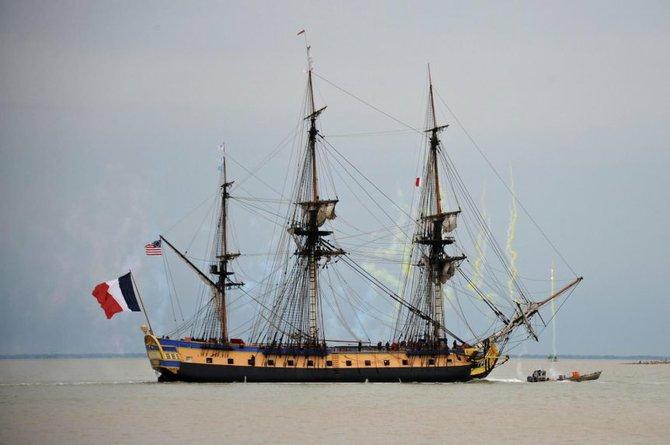 """Esta nave es una réplica de la """"Hermione"""" original que en 1780 llevó efectivos y recursos de Francia a los colonos independentistas de lo que hoy es Estados Unidos. La fragata iba al mando del marqués de Lafayette."""